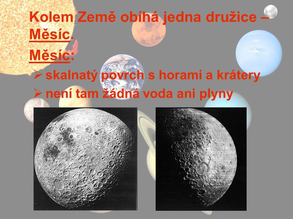 Kolem Země obíhá jedna družice – Měsíc. Měsíc:  skalnatý povrch s horami a krátery  není tam žádná voda ani plyny