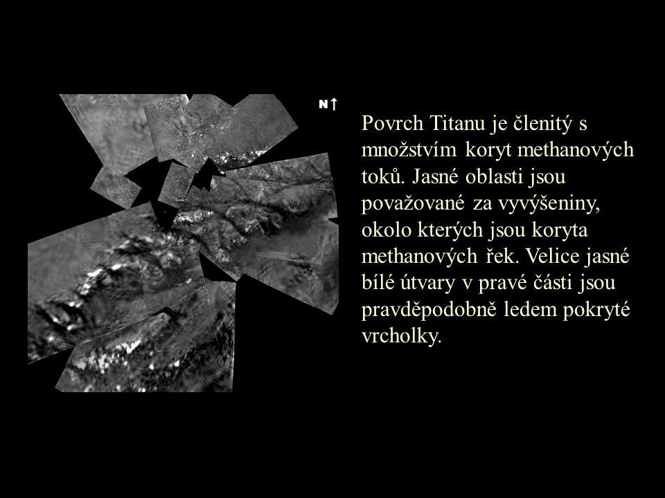 Povrch Titanu je členitý s množstvím koryt methanových toků. Jasné oblasti jsou považované za vyvýšeniny, okolo kterých jsou koryta methanových řek. V