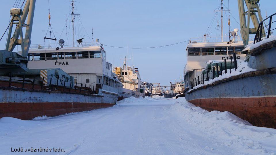 Jakutsk se nachází na řece Leně, která v zimě úplně zamrzá a lodě, musí počkat na příchod jara.