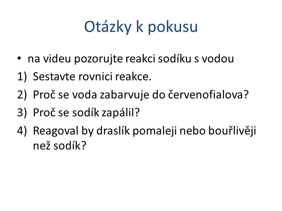 Otázky k pokusu na videu pozorujte reakci sodíku s vodou 1)Sestavte rovnici reakce. 2)Proč se voda zabarvuje do červenofialova? 3)Proč se sodík zapáli