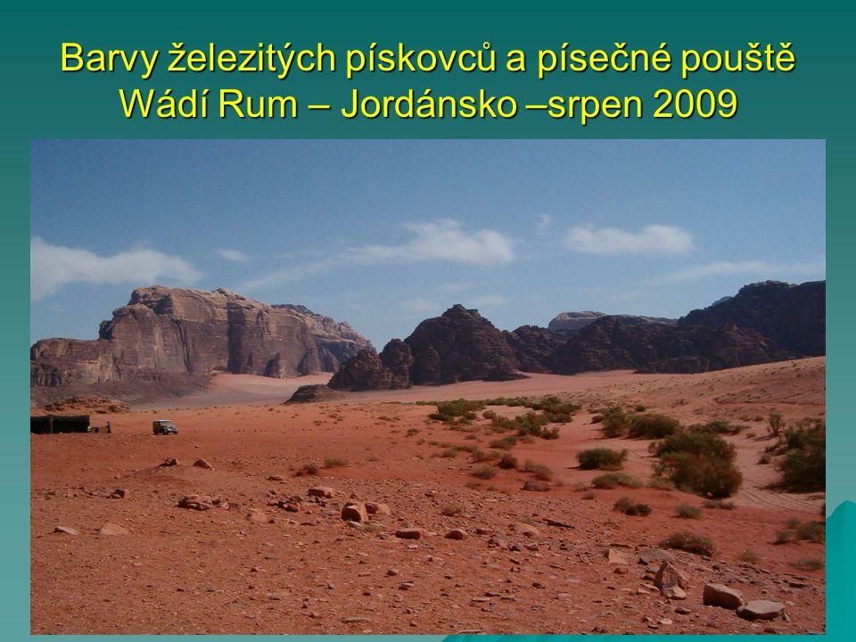 Barvy železitých pískovců a písečné pouště Wádí Rum – Jordánsko –srpen 2009