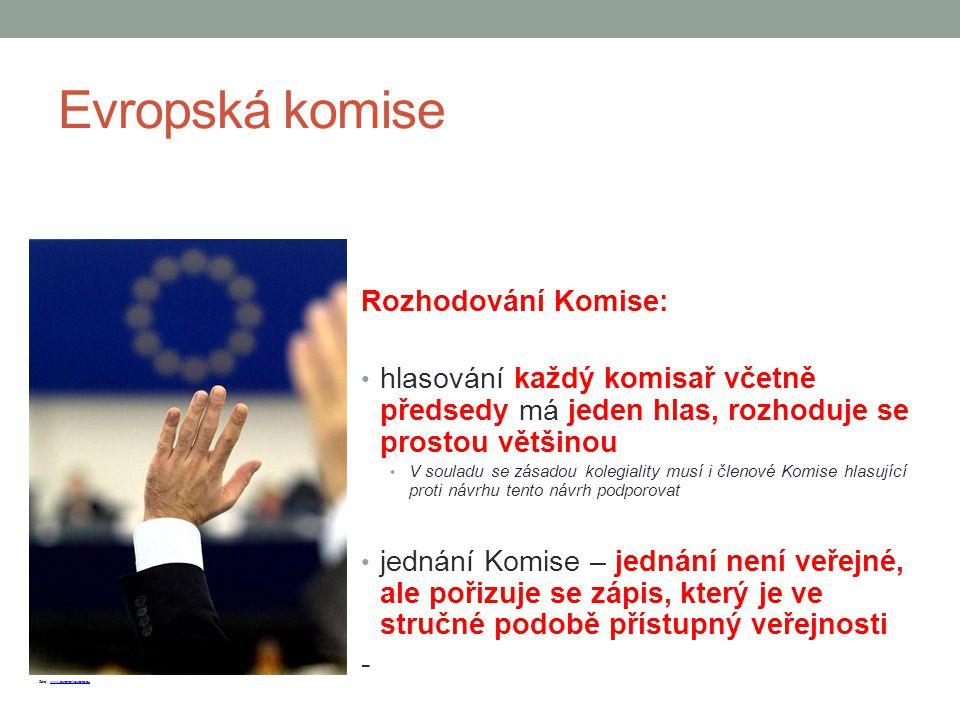Evropská komise Rozhodování Komise: hlasování každý komisař včetně předsedy má jeden hlas, rozhoduje se prostou většinou V souladu se zásadou kolegial
