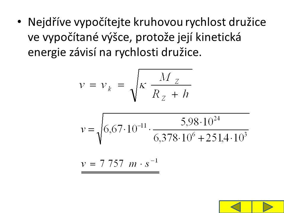 Nejdříve vypočítejte kruhovou rychlost družice ve vypočítané výšce, protože její kinetická energie závisí na rychlosti družice.