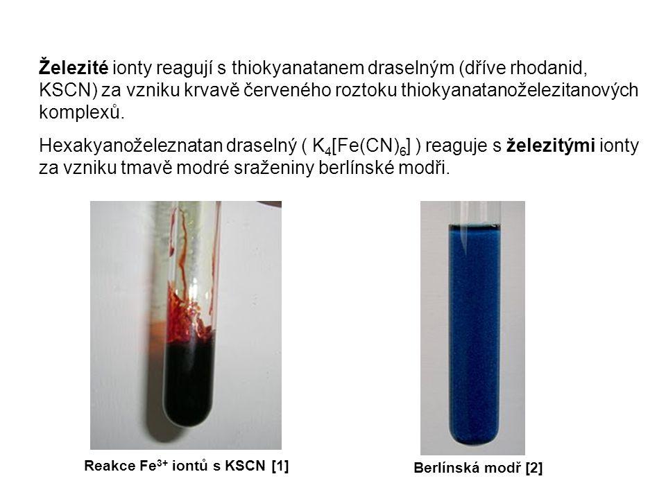 Železité ionty reagují s thiokyanatanem draselným (dříve rhodanid, KSCN) za vzniku krvavě červeného roztoku thiokyanatanoželezitanových komplexů. Hexa