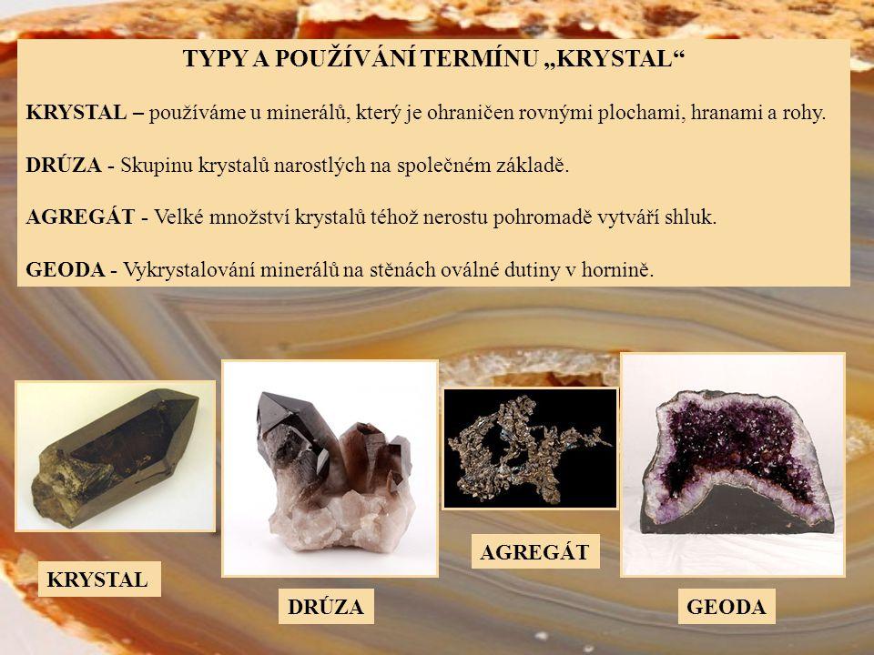 """TYPY A POUŽÍVÁNÍ TERMÍNU """"KRYSTAL"""" KRYSTAL – používáme u minerálů, který je ohraničen rovnými plochami, hranami a rohy. DRÚZA - Skupinu krystalů naros"""