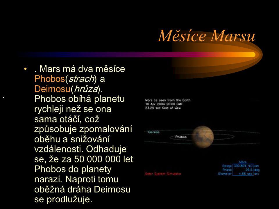 Měsíce Marsu. Mars má dva měsíce Phobos (strach) a Deimosu (hrůza). Phobos obíhá planetu rychleji než se ona sama otáčí, což způsobuje zpomalování obě