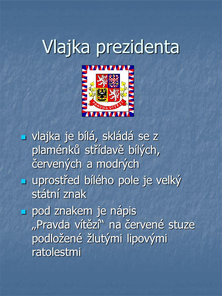 """vlajka je bílá, skládá se z plaménků střídavě bílých, červených a modrých vlajka je bílá, skládá se z plaménků střídavě bílých, červených a modrých uprostřed bílého pole je velký státní znak uprostřed bílého pole je velký státní znak pod znakem je nápis """"Pravda vítězí na červené stuze podložené žlutými lipovými ratolestmi pod znakem je nápis """"Pravda vítězí na červené stuze podložené žlutými lipovými ratolestmi"""