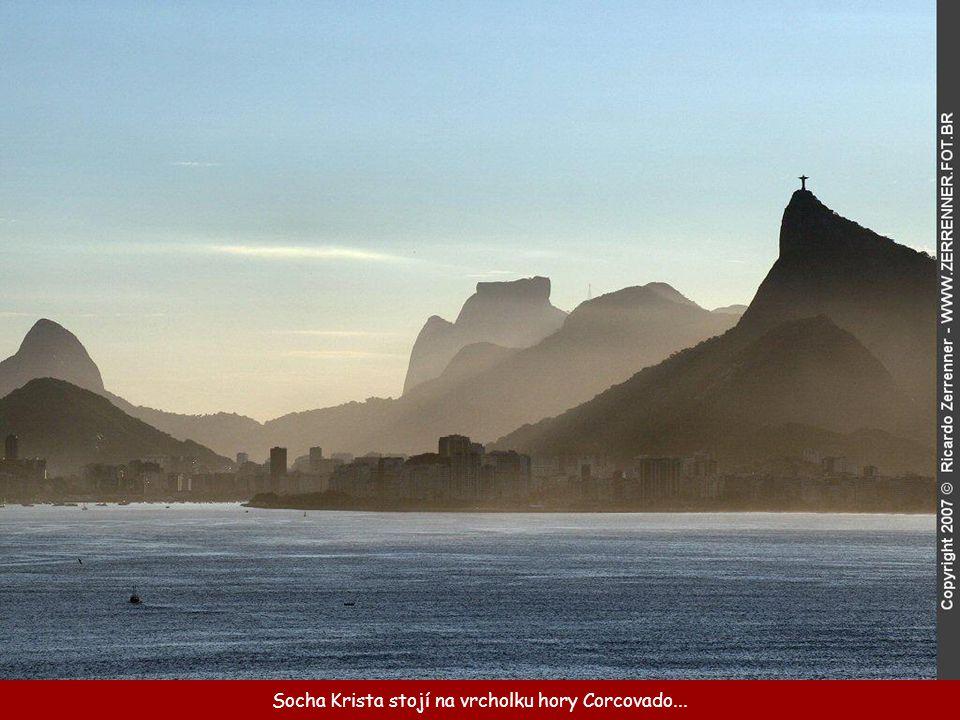 Socha Krista stojí na vrcholku hory Corcovado...