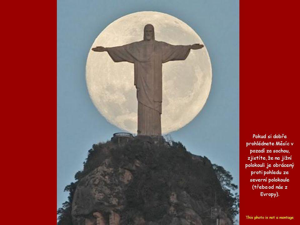 Pokud si dobře prohlédnete Měsíc v pozadí za sochou, zjistíte, že na jižní polokouli je obrácený proti pohledu ze severní polokoule (třeba od nás z Evropy).
