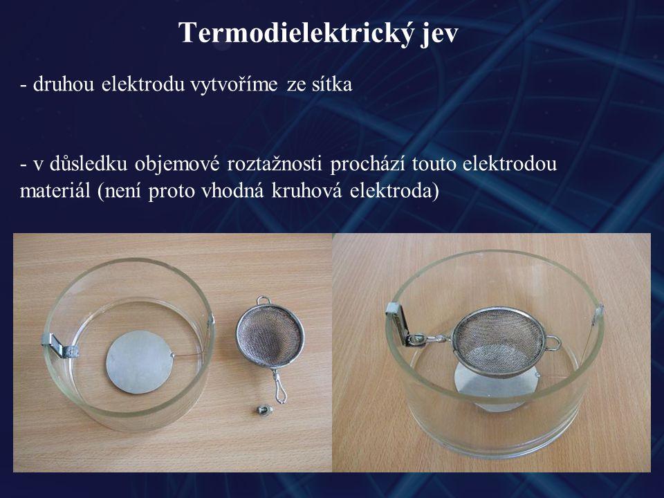 Termodielektrický jev - druhou elektrodu vytvoříme ze sítka - v důsledku objemové roztažnosti prochází touto elektrodou materiál (není proto vhodná kruhová elektroda)