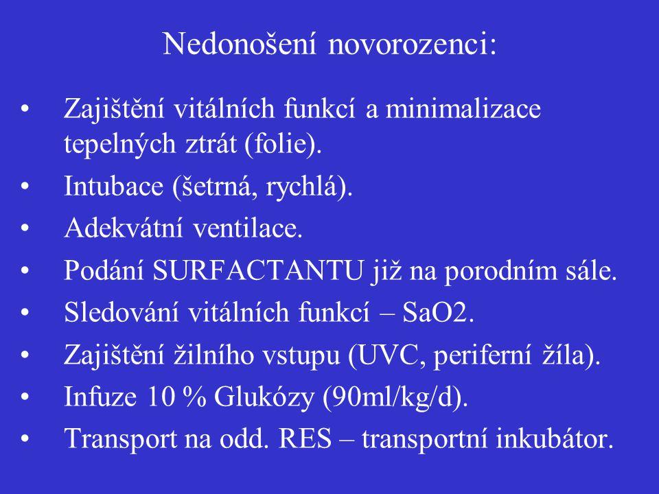 Nedonošení novorozenci: Zajištění vitálních funkcí a minimalizace tepelných ztrát (folie). Intubace (šetrná, rychlá). Adekvátní ventilace. Podání SURF