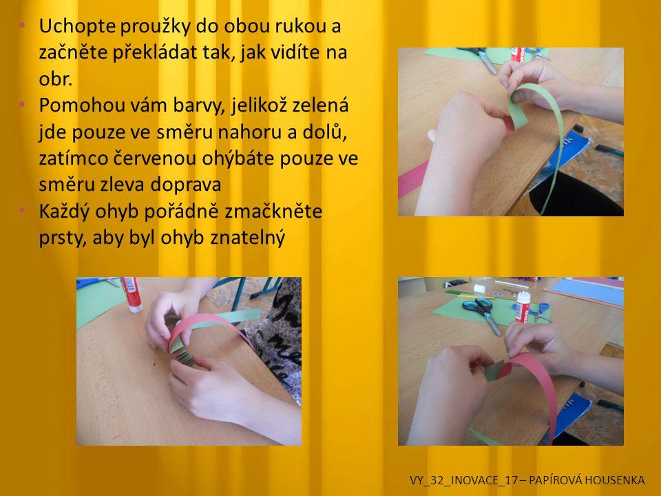 Uchopte proužky do obou rukou a začněte překládat tak, jak vidíte na obr.