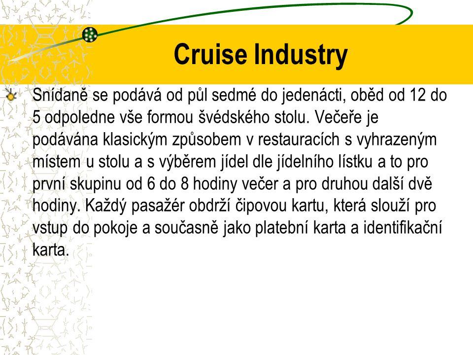 Cruise Industry Snídaně se podává od půl sedmé do jedenácti, oběd od 12 do 5 odpoledne vše formou švédského stolu.