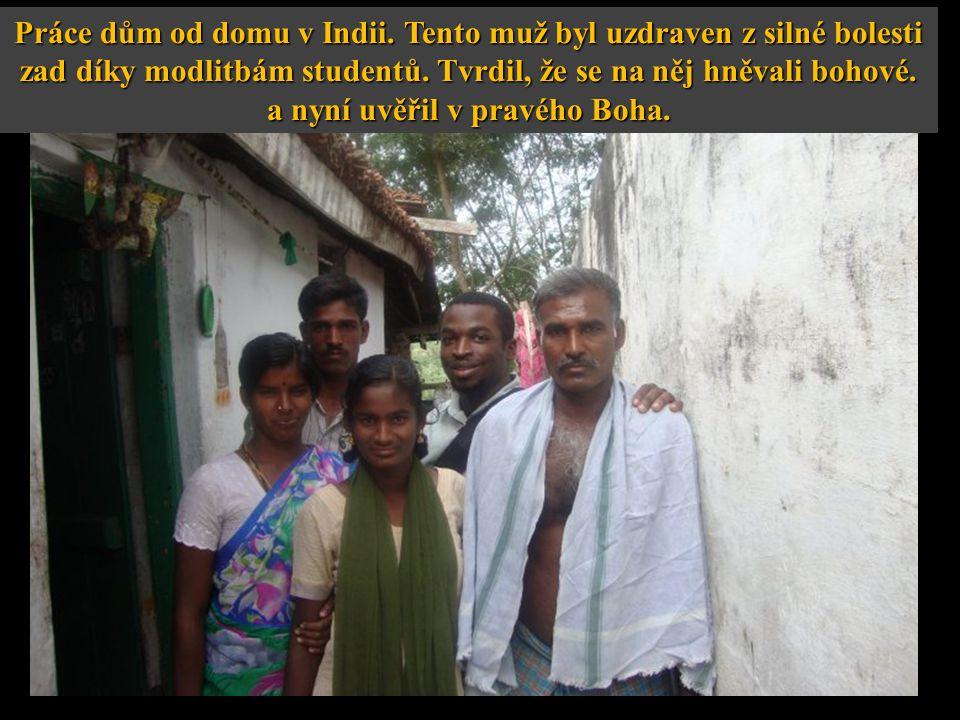 Práce dům od domu v Indii. Tento muž byl uzdraven z silné bolesti zad díky modlitbám studentů.