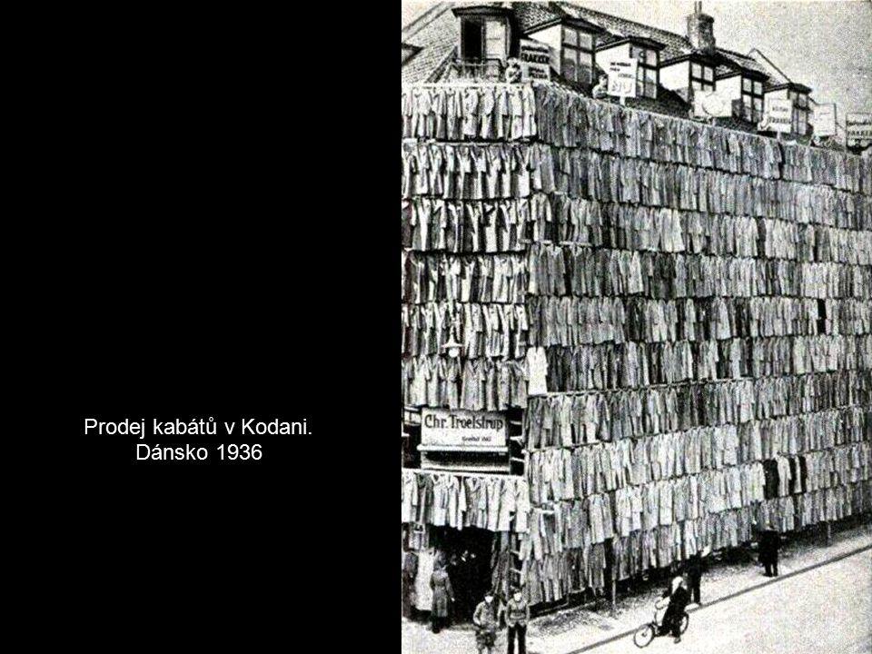 Skupina dřevorubců při kácení obřího sekvoje. Kalifornie 1900 Už tenkrát měli někteří dřevorubci v Americe velmi slušivé oblečky