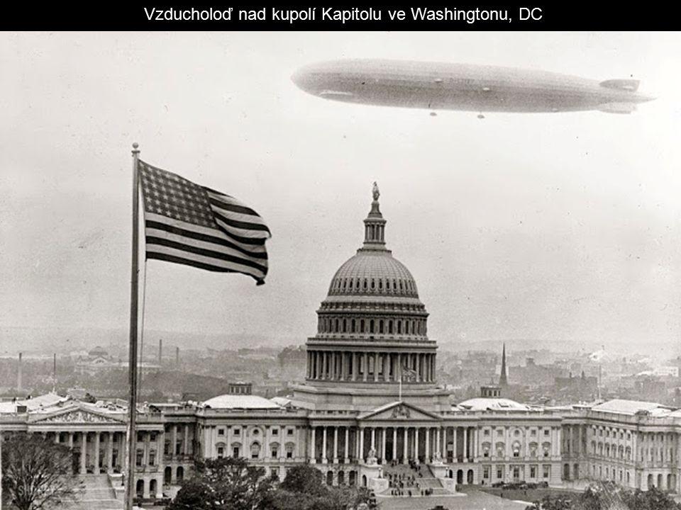 Vzducholoď nad kupolí Kapitolu ve Washingtonu, DC