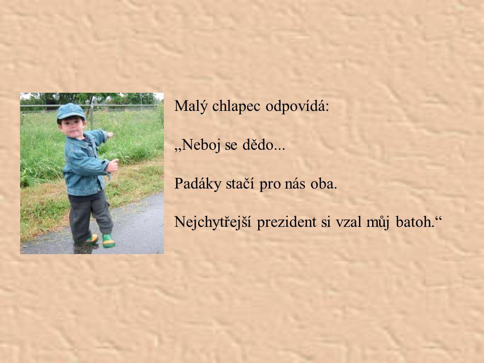 """Čvrtý cestující Jan Pavel II povídá malému chlapci: """"Jsem už starý, prožil jsem svůj život jako dobrý člověk a jako duchovní jsem povinen přenechat pa"""