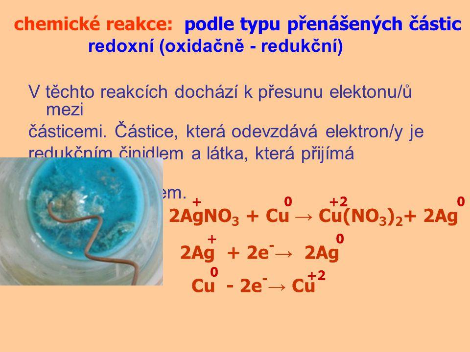 V těchto reakcích dochází k přesunu elektonu/ů mezi částicemi. Částice, která odevzdává elektron/y je redukčním činidlem a látka, která přijímá elektr