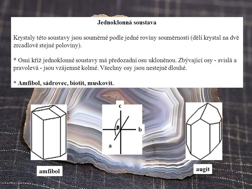Jednoklonná soustava Krystaly této soustavy jsou souměrné podle jedné roviny souměrnosti (dělí krystal na dvě zrcadlově stejné poloviny). * Osní kříž