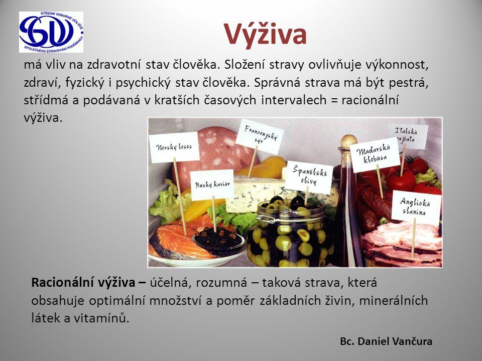 Správná strava má obsahovat: - správné množství živin: ► 55% sacharidů ► 15% bílkovin ► 30% tuků - potřebné množství: ► nadbytek = obezita ► nedostatek = podvýživa Stravu konzumujeme: - rozmanitou (všechny druhy stravy) - vhodně upravenou (chutná, lákavá, lehce stravitelná) - podávanou ve vhodném prostředí - správně teplou Význam výživy – správná výživa dodává tělu živiny a ochranné látky potřebné k: - vývoji a růstu - obnově energie - ochraně proti nemocem Nesprávná výživa způsobuje: - rozvoj arteriosklerózy - rakovinu - vysoký krevní tlak - cukrovku - obezitu