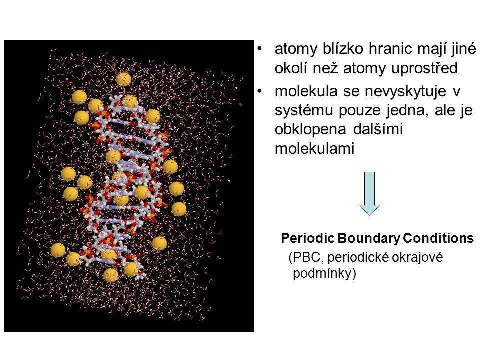 atomy blízko hranic mají jiné okolí než atomy uprostřed molekula se nevyskytuje v systému pouze jedna, ale je obklopena dalšími molekulami Periodic Boundary Conditions (PBC, periodické okrajové podmínky)