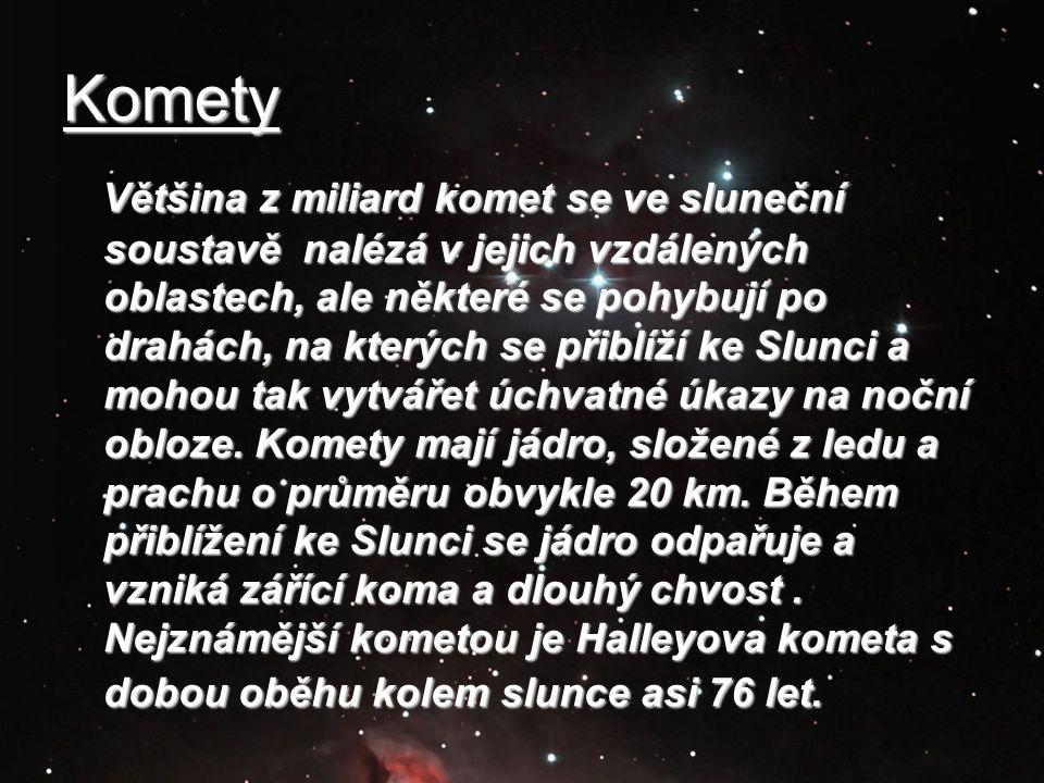 Komety Většina z miliard komet se ve sluneční soustavě nalézá v jejich vzdálených oblastech, ale některé se pohybují po drahách, na kterých se přiblíž