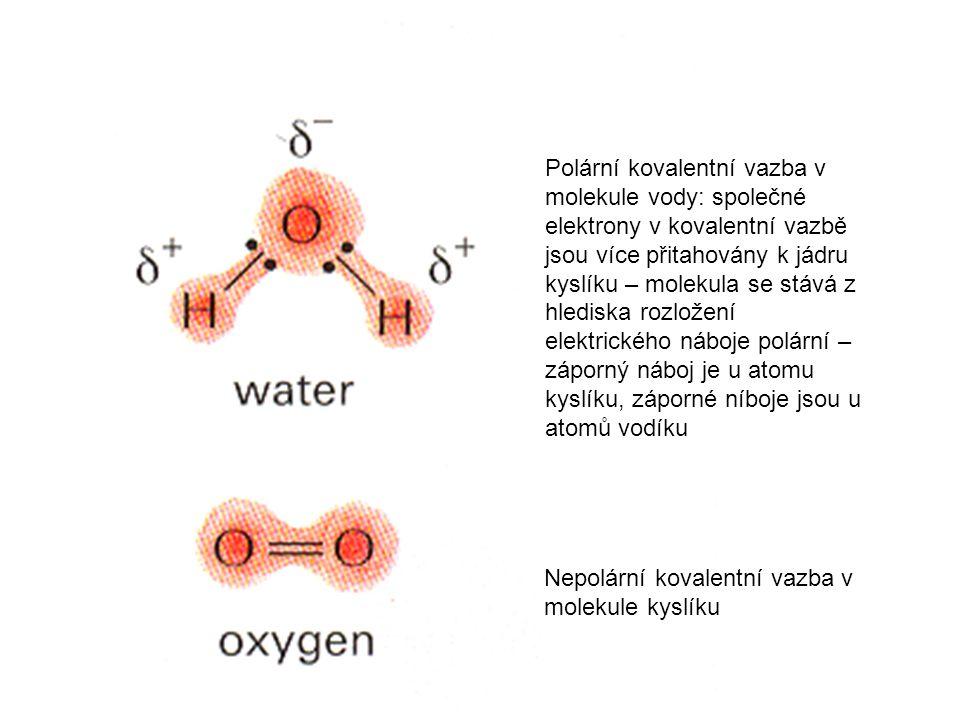 Nepolární kovalentní vazba v molekule kyslíku Polární kovalentní vazba v molekule vody: společné elektrony v kovalentní vazbě jsou více přitahovány k jádru kyslíku – molekula se stává z hlediska rozložení elektrického náboje polární – záporný náboj je u atomu kyslíku, záporné níboje jsou u atomů vodíku