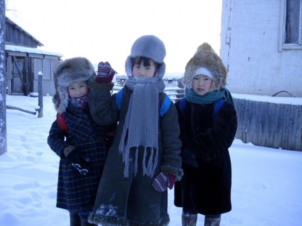 Žije zde asi 2200 obyvatel, daleko od vymožeností, která poskytují města. Školáci musí do třídy pouze tehdy, neklesne-li teplota pod -52 ºC ! Sa popul