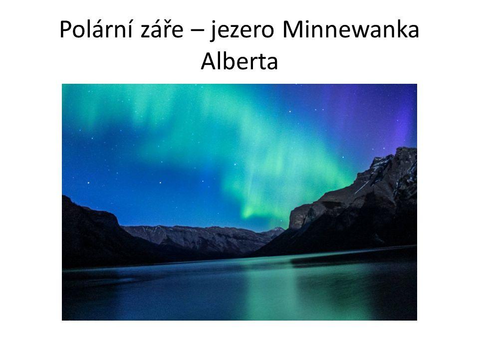 Polární záře – jezero Minnewanka Alberta