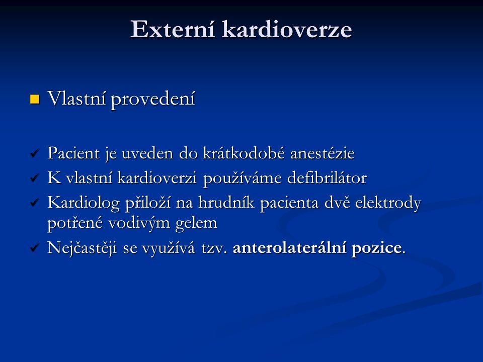 Externí kardioverze Vlastní provedení Vlastní provedení Pacient je uveden do krátkodobé anestézie Pacient je uveden do krátkodobé anestézie K vlastní
