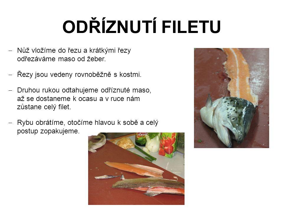 ODŘÍZNUTÍ FILETU  Nůž vložíme do řezu a krátkými řezy odřezáváme maso od žeber.  Řezy jsou vedeny rovnoběžně s kostmi.  Druhou rukou odtahujeme odř