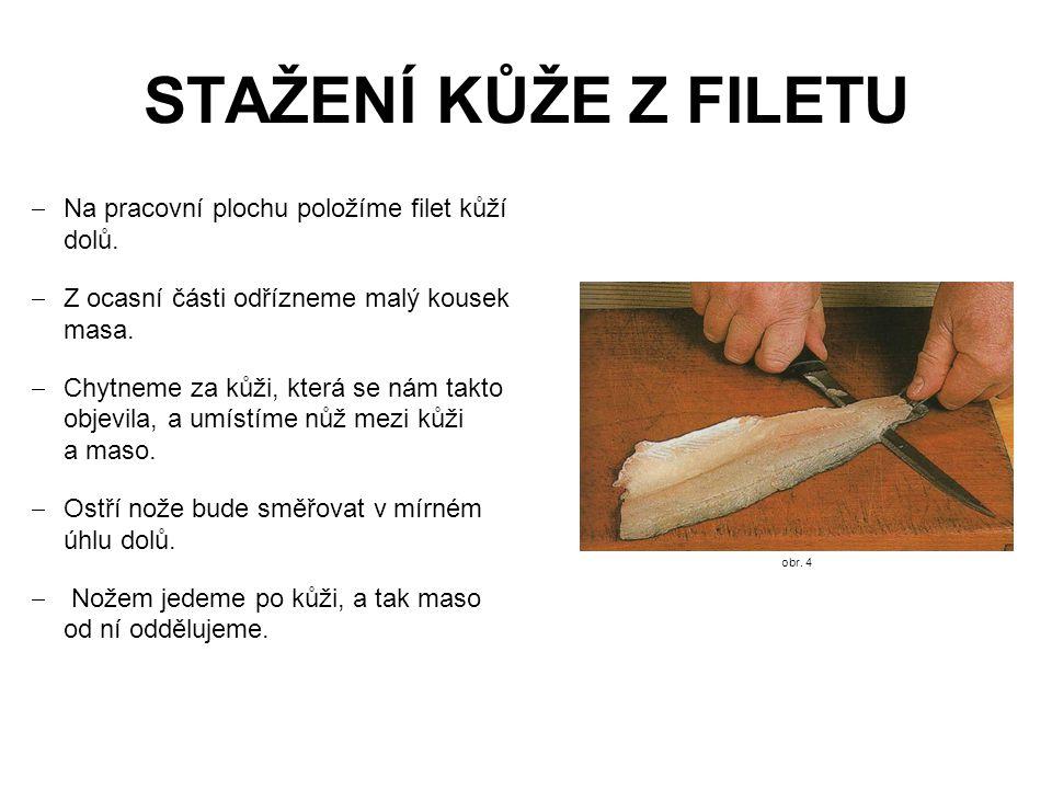 STAŽENÍ KŮŽE Z FILETU  Na pracovní plochu položíme filet kůží dolů.  Z ocasní části odřízneme malý kousek masa.  Chytneme za kůži, která se nám tak