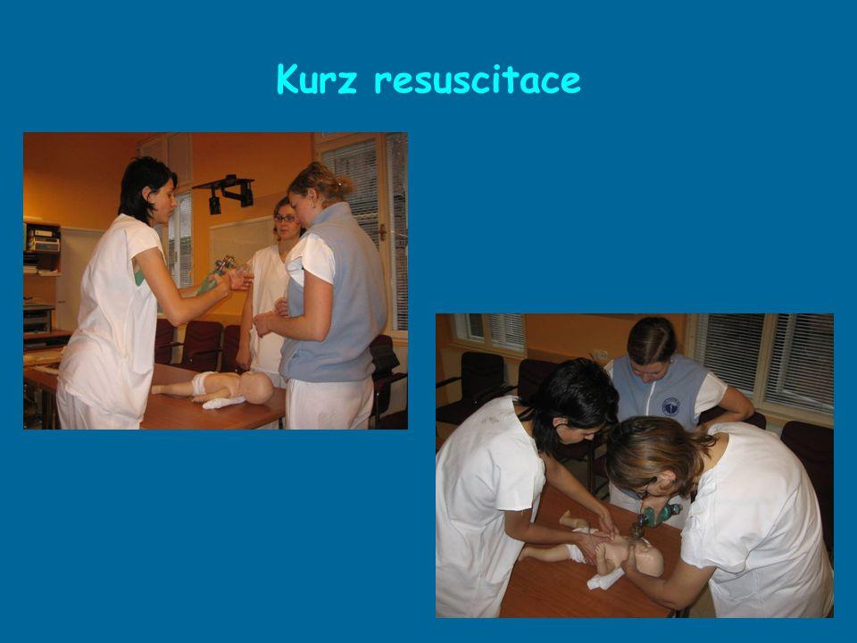 Před zakončením adaptačního procesu sestry absolvují: kurz resuscitace (školící sestra) kurz o kojení (laktační poradkyně) Součástí kurzů je praktický nácvik na fantomu