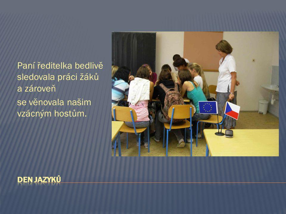 Paní ředitelka bedlivě sledovala práci žáků a zároveň se věnovala našim vzácným hostům.