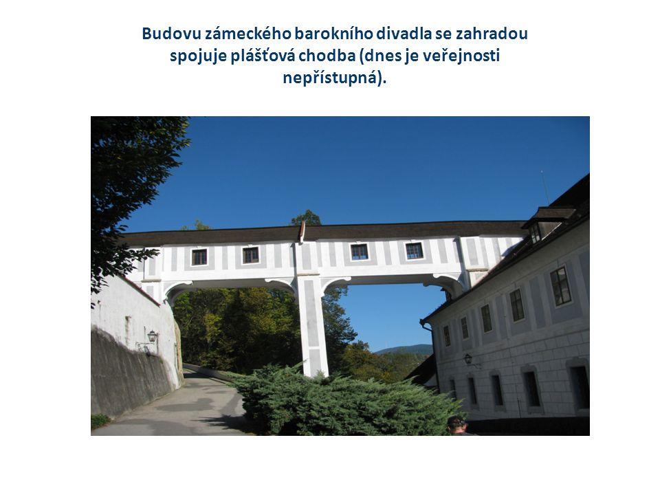 Budovu zámeckého barokního divadla se zahradou spojuje plášťová chodba (dnes je veřejnosti nepřístupná).