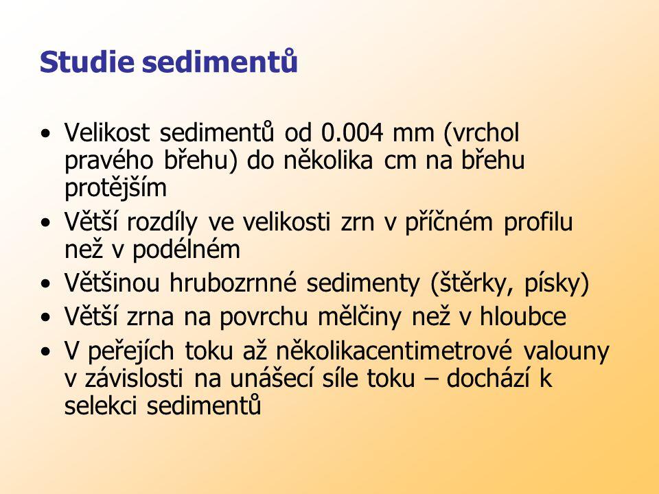 Studie sedimentů Velikost sedimentů od 0.004 mm (vrchol pravého břehu) do několika cm na břehu protějším Větší rozdíly ve velikosti zrn v příčném profilu než v podélném Většinou hrubozrnné sedimenty (štěrky, písky) Větší zrna na povrchu mělčiny než v hloubce V peřejích toku až několikacentimetrové valouny v závislosti na unášecí síle toku – dochází k selekci sedimentů