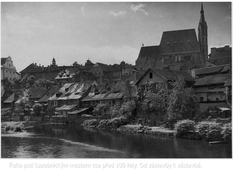 Řeka pod Lazebnickým mostem cca před 100 lety. Od zástavby k zástavbě.
