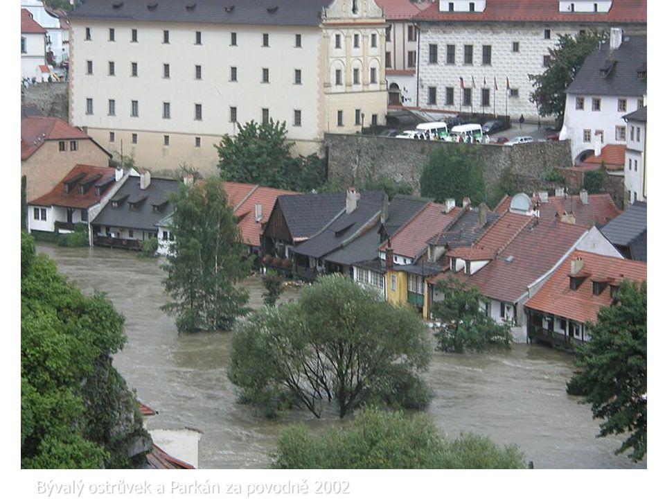 Bývalý ostrůvek a Parkán za povodně 2002