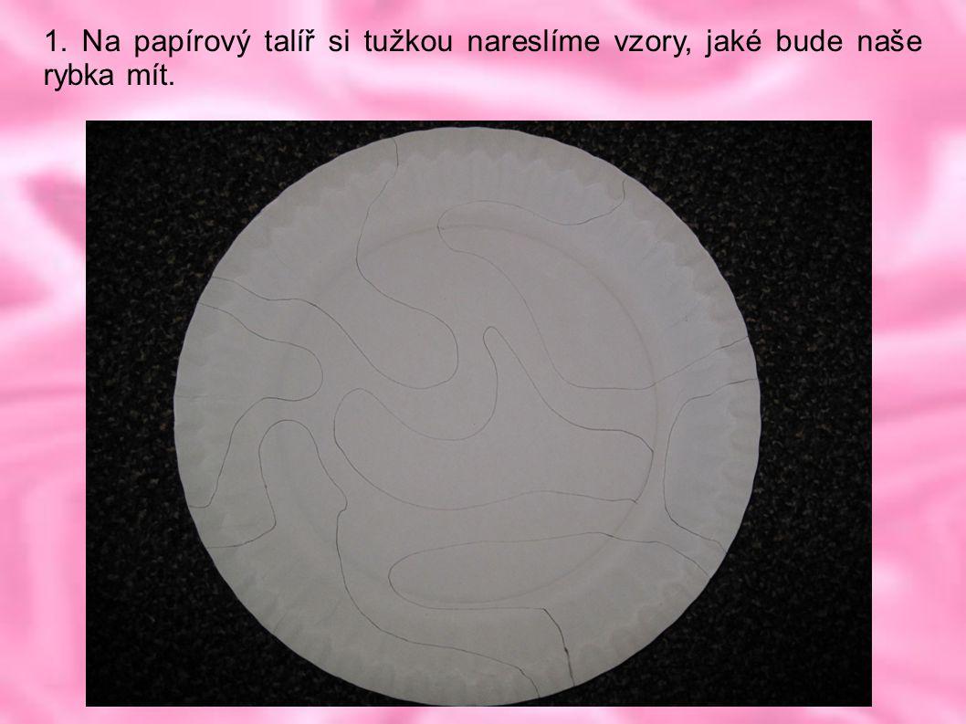 1. Na papírový talíř si tužkou nareslíme vzory, jaké bude naše rybka mít.