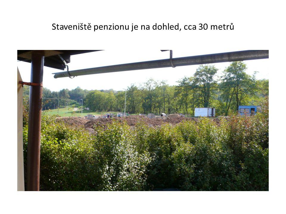 Staveniště penzionu je na dohled, cca 30 metrů