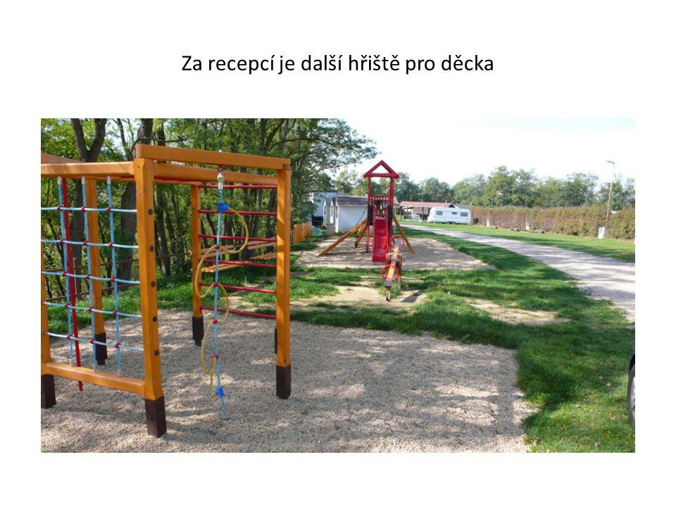 Za recepcí je další hřiště pro děcka