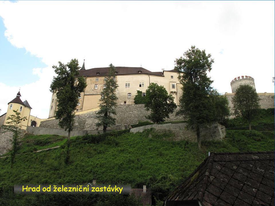 Přístup k hradu přes most