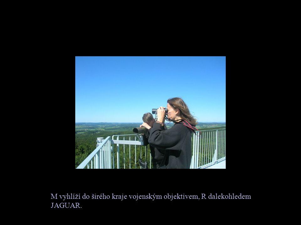 M vyhlíží do širého kraje vojenským objektivem, R dalekohledem JAGUAR.