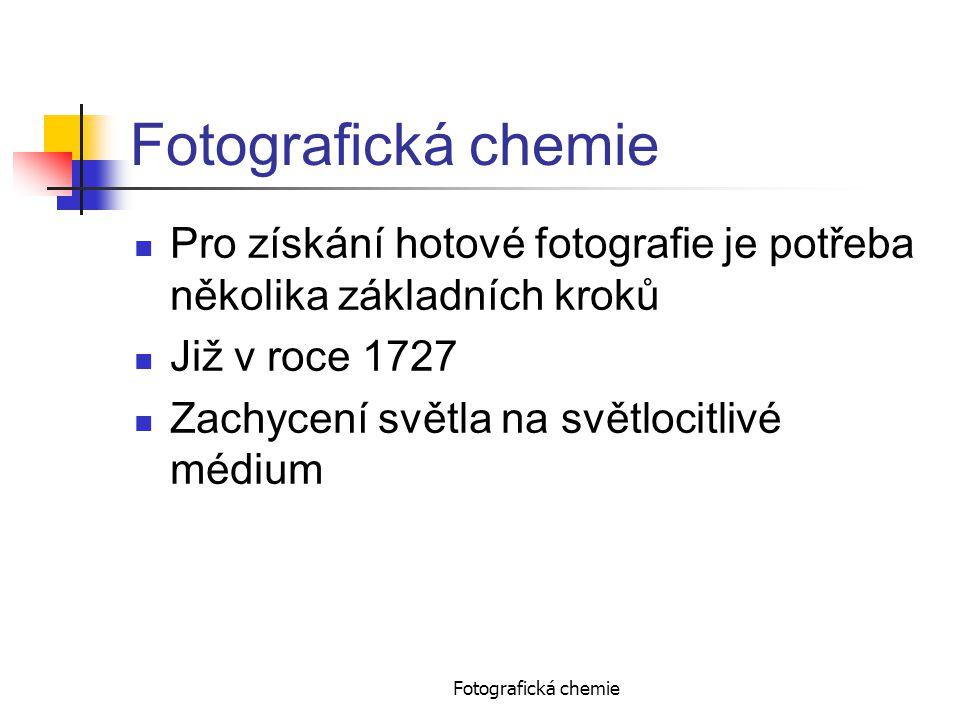 Fotografická chemie Pro získání hotové fotografie je potřeba několika základních kroků Již v roce 1727 Zachycení světla na světlocitlivé médium