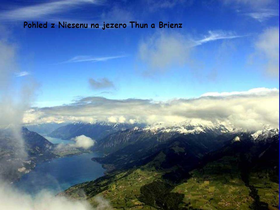 Pohled z Beatenbergu na jezero Thun a Bernské Alpy