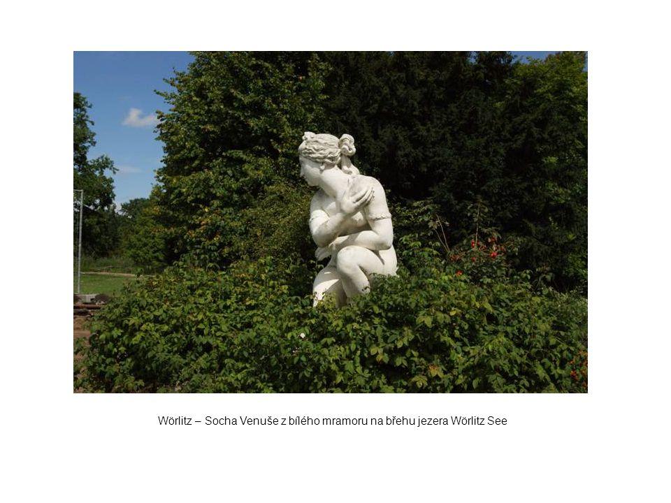 Wörlitz – Socha Venuše z bílého mramoru na břehu jezera Wörlitz See