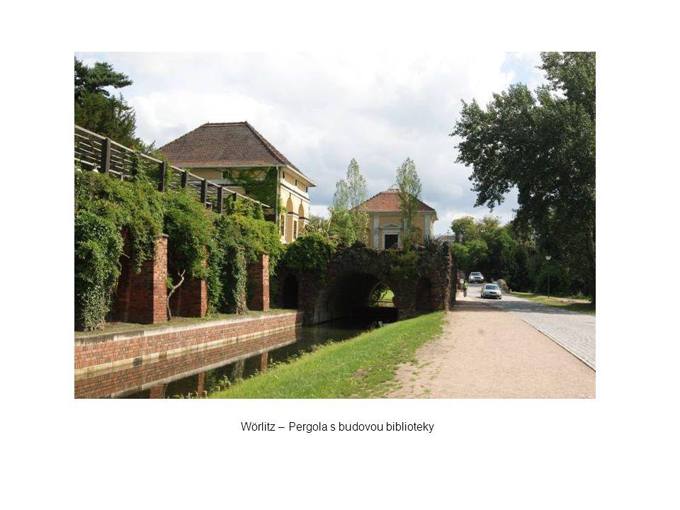 Wörlitz – Pergola s budovou biblioteky