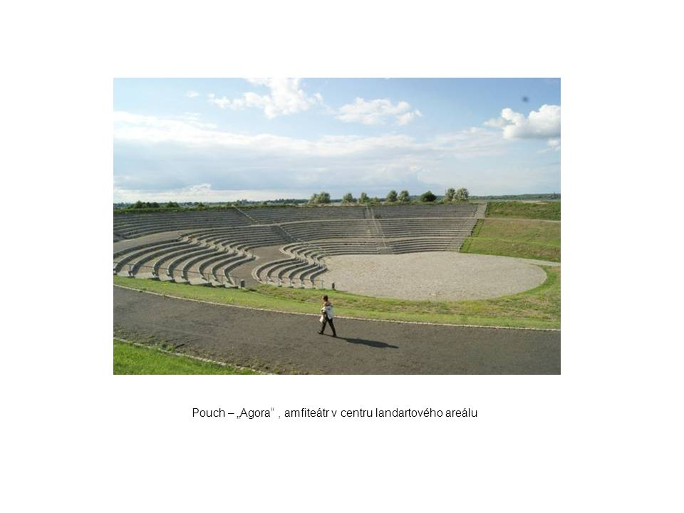 "Pouch – ""Agora , amfiteátr v centru landartového areálu"
