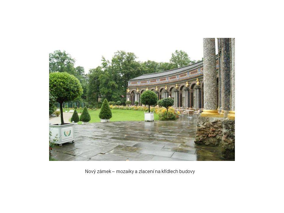 Nový zámek – mozaiky a zlacení na křídlech budovy