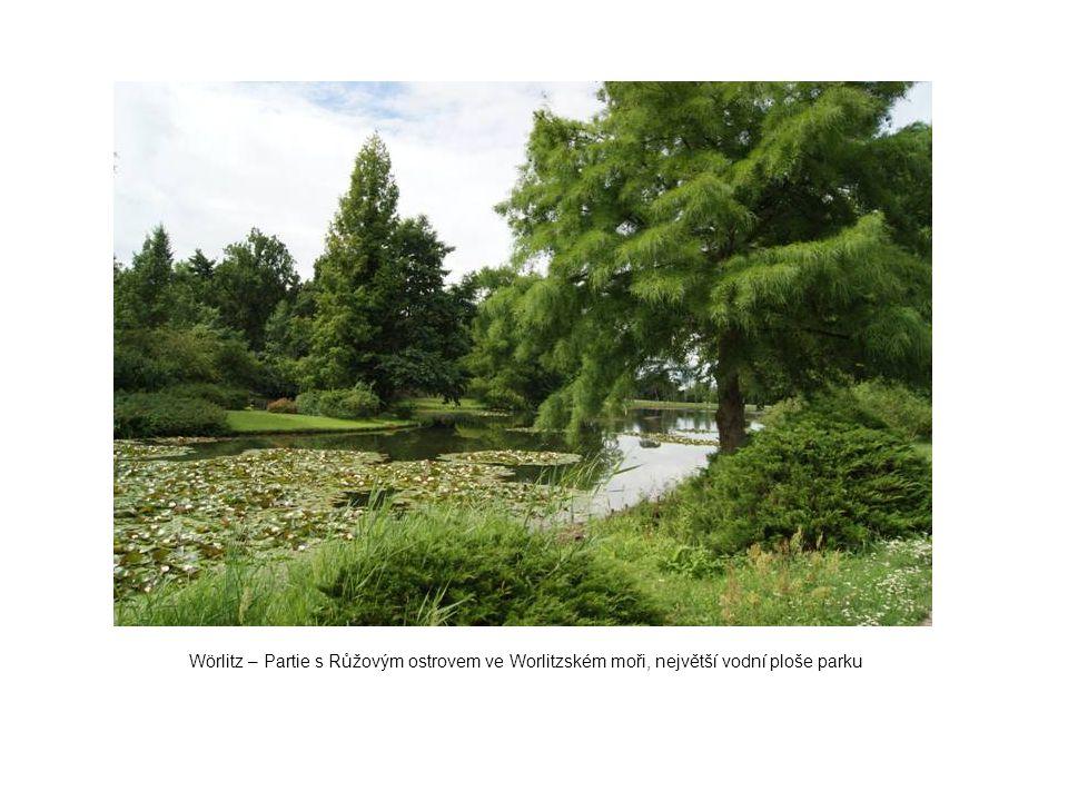 Wörlitz – Partie s Růžovým ostrovem ve Worlitzském moři, největší vodní ploše parku